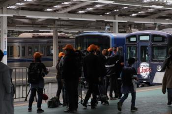 2019年4月14日 15時40分ころ。西武球場前。9108Fと20104Fの2本のL-Trainの前で何やらテレビ撮影。
