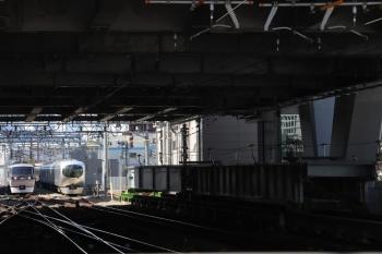 2019年4月16日。池袋。電留線で待避の001-B編成の横を到着する10102Fの14レ。