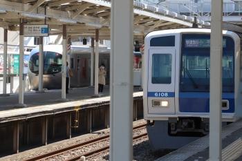 2019年4月16日 10時39分ころ。小手指。1番ホームから発車した001-A編成の上り回送列車と、3番ホームへ到着する6108Fの1851レ。