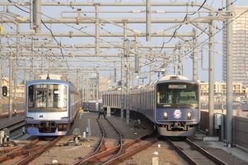 2019年4月21日。石神井公園。6番線で待機中のY511F(左)と20104F(ライオンズ)の2102レ。