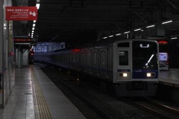 2019年4月24日 5時30分ころ。所沢。3番ホームを通過する6108Fの上り回送列車。