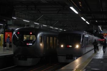 2019年4月26日。所沢。3105レを追い抜く45レは10110F(右)。隣は001-A編成の56レ。