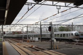 2019年4月27日 13時22分ころ。所沢。本川越から4番ホームへ到着する001-B編成の臨時「むさし90」号。隣の6000系は6113Fの2131レで13時24分に先発してました。