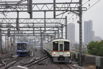 2019年4月30日 6時46分ころ。石神井公園。6番線で留置中のY517Fと4番ホームを通過する4017F+4023Fの上り回送列車。