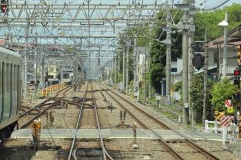 2019年5月1日 11時27分。新所沢〜入間市。奥に、本川越〜飯能間の臨時特急用の001系が止まっています。