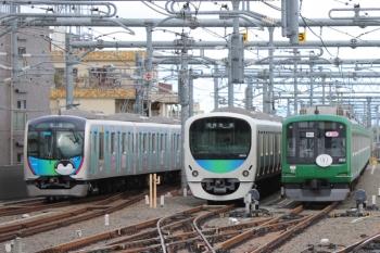 2019年5月1日 7時19分ころ。石神井公園。1番ホームを通過した40103Fの下り回送列車(左端)。