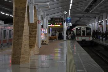 2019年5月3日 18時58分ころ。飯能。秩父から飯能駅2・3番ホームへ19時近くに到着した5050レは4001Fの4連。立っている乗客もいて、多くが東急5159Fの3704レに乗り換えてました。