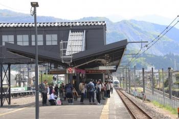 2019円5月3日 13時27分ころ。西武秩父。発車した001-A編成の28レ(右奥)と一般列車ホームにできた行列。