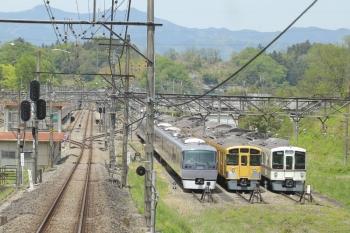 2019年5月3日 11時38分ころ。横瀬。2番ホーム横の側線にはS-Train 401レだった40101F(左奥)。右側の電留線には10110Fと2073F、4000系4+4連(おそらく4007F+4013F)。