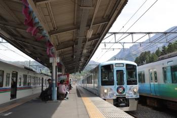 2019円5月3日 13時45分ころ。横瀬。2番ホームを通過する4009F(52席)の下り列車。右が38103Fの下り回送列車。左は4021F+4001Fの5036レ。