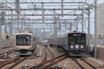 2019年5月6日。石神井公園。6番線で留置中の東急4105F88連)と20104Fの2102レ。