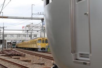 2019年5月6日 13時21分ころ。所沢。本川越方から池袋線へ入る001-A編成の臨時特急「むさし90号」と1番ホームから発車した2000系の5635レ。