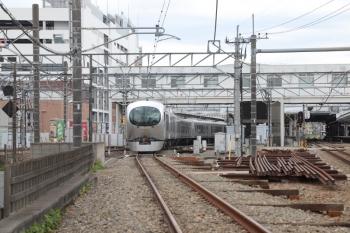 2019年5月6日 13時22分ころ。所沢。本川越方から4番ホームへ到着する001-A編成の臨時特急「むさし90号」。