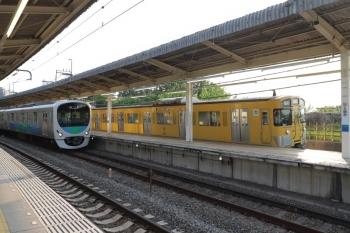 2019年5月11日 17時20分ころ。入間市。5番ホームに9104Fの上り回送列車が停車中。4番ホームを38105Fの上り回送列車が通過。