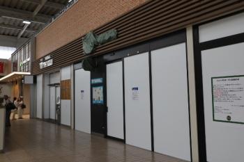 2019年5月11日 15時半ころ。所沢。改札内コンコース左側の店舗があったスペース。