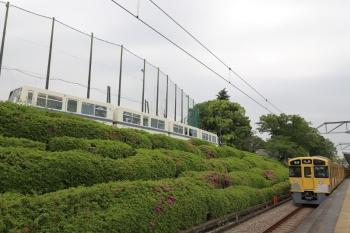 2019年5月12日 16時34分ころ。西所沢。1番ホームで発車を待つ2089Fの4358レと、山口線の241レ。241レは車内に余裕があるので反対側が見通せました。