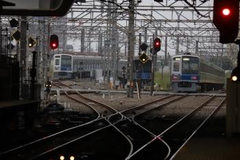 2019年5月12日 5時30分ころ。所沢。右から、2番ホームを通過した6101Fの上り回送列車、電留線で寝ている20153F、6113F。