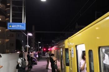 2019年5月24日 21時38分ころ。江古田。10両対応ホームが活用されて2195レが臨時停車しドアを開。