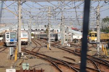 2019年5月25日 6時33分ころ。保谷。2番ホームから発車した6113Fの14M・下り回送列車(左端)。