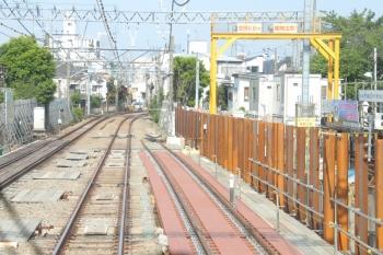 2019年5月26日。沼袋〜野方。右手に下り線の架線が工事中。奥が沼袋駅方です。