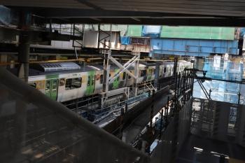 2019年5月26日。渋谷。JRの埼京線ホームから山手線ホームへの通路の北端。背中側が埼京線ホームで、この下でUターンして、エスカレーターで駅舎へ上がります。