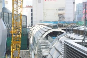 2019年5月26日。渋谷。ヒカリエから見た銀座線。中央の屋根の下に渋谷ゆきの列車の最後尾が見えてます。