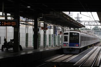 2019年5月28日 5時50分ころ。ひばりヶ丘。2番ホームを通過する6116Fの下り回送列車。