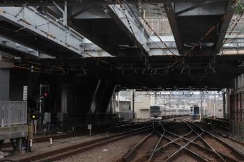 2019年6月2日。池袋。門番ビルとホームの間に桁が4本かかった池袋駅から発車した10104Fの19レ。右は電留線で滞泊の6105F。