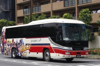 2019年6月4日 12時20分ころ。高田馬場駅近くの新目白通り。「佐久市に来い!!」の「北斗の拳」千曲バス。