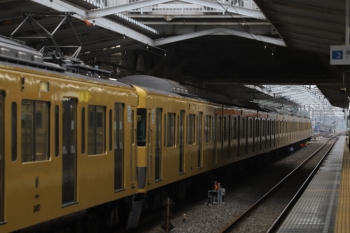2019年6月7日。小平。3番ホームに停車中の2457F+2061F(5464レで到着)の上り回送列車と4番ホームから発車した6102Fの上り回送列車。回送ですが、6102Fが先着して、2457F+2061Fの5464レ到着後に6102Fが発車だったたので、単なる時間調整ではなくて乗務員さんの乗り換えの便を図っているのかも。