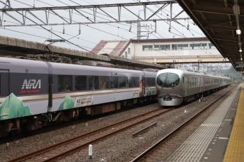 2019年6月9日。仏子。中線に停車中の001-A編成の回送列車と10103Fの32レ(左)。