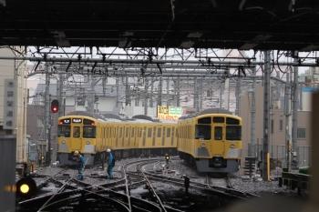 2019年6月10日。池袋。電留線で帯泊のN2000系(右)と5481レのN2000系。分岐器付近に作業員さん2名。