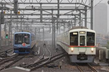 2019年6月15日 6時47分ころ。石神井公園。4005F+4003Fの上り回送列車(右)と6番線で帯泊のY512F。