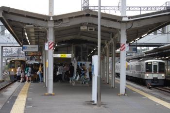 2019年6月23日 6時29分ころ。西所沢。2番ホームへ到着する2503Fの6106レ(左)と、4番ホームを通過する4015F+4013Fの上り回送列車。2番ホームが少々危険な状態ですが、(鉄道はレール締結ボルトが1本くら外れてても大丈夫なんですから)大丈夫です。