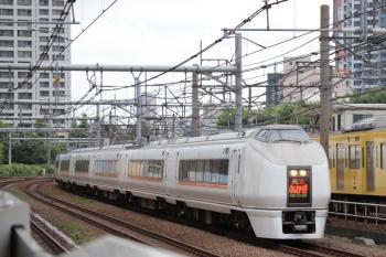 2019年6月23日。新大久保。651系の上り特急「あかぎ」と西武新宿線のN2000系・下り列車。