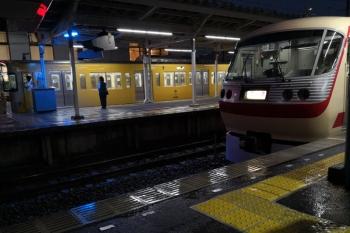 2019年6月28日 19時27分ころ。小手指。3番ホームで待機の10105Fの回送列車と、1番ホームへ入線する2089Fの5214レ(5214レは本来ならば25S運用の回送の前の発車のはず)。