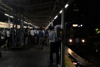 2019年6月28日 19時37分ころ。小手指。4番ホームへ到着する20104Fの2177レ。打ち切りで溜まった乗客が大勢待ってるホームへ到着。