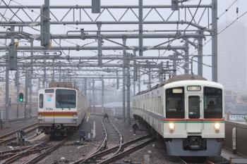 2019年6月29日。石神井公園。夜間滞泊のメトロ7034F(左)と4015F+4005Fの上り回送列車。