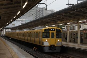 2019年7月7日 17時25分。入間市。4番ホームを通過する2085Fの上り回送列車。隣の5番ホームに40102Fの2162レが停車中。