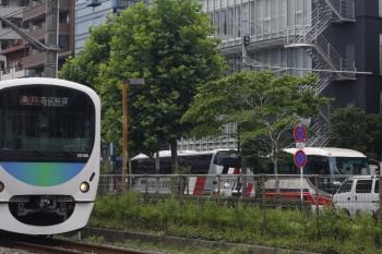2019年7月9日。高田馬場〜下落合。左から30106Fの2642レ、越後交通のバス、千曲バスのバス。