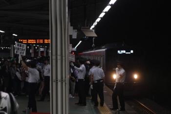 2019年7月12日 21時17分ころ。西武球場前。大勢の乗客が待つ1番ホームへ到着する20158Fの6229レ 降車客は先頭車の1番前からの降車を車内放送で案内し(6227レの場合)、ホームでは駅員さんが通路を確保してました。