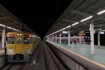2019年7月12日 22時8分ころ。西武球場前。1番ホームから発車した東急5171Fの8501レと、待機中の2413F+2075Fの8266レ。