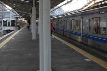 2019年7月28日。小手指。2002レだった4011F+4015F?の下り回送列車が先発。右は追い抜かれる6113Fの急行2155レ。