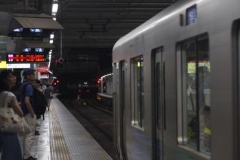 2019年8月3日 20時40分ころ。所沢。4番ホームから折り返す6108F(3303レで到着のはず)を追って3番ホームへ到着する30104Fの3204レ。イベント帰りの乗客で3番ホームは混んでます。