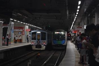 2019年8月3日 21時36分ころ。所沢。4009Fの下り回送列車(左)と40102Fの2178レ。