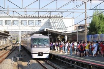 2019年8月4日 16時13分ころ。西所沢。1番ホームへ到着する10110Fの下り臨時特急。