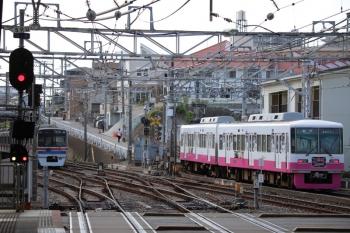2019年8月12日 15時19分ころ。津田沼。千葉から松戸へ向かう新京成の広告電車。引き上げ線には津田沼折り返しの京成電車が休憩中。