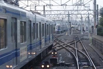 2019年8月14日 5時47分ころ。保谷。2番ホームから下り方へ発車した6156Fの下り回送列車。