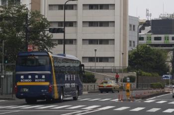 2019年8月16日。高田馬場駅近くの新目白通り。おそらく旧塗装の越後交通の高速バスと、山手線のE235系。