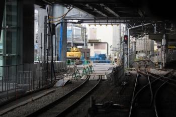 2019年8月18日。池袋。到着する上り列車の車内から見た池袋駅の構内。